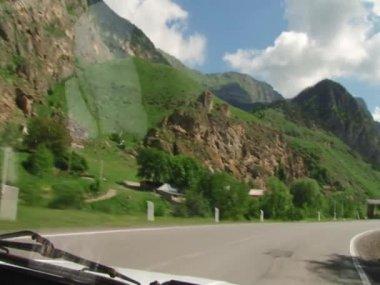 Bir dağ yolda araba ile yolculuk — Stok video