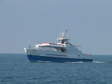 Pleasure boat sails on the sea — Stock Video