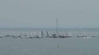 Yacht de course est une compétition des athlètes dans les sports de voile en fpril 2015 dans la mer noire près de la ville de Sotchi — Vidéo