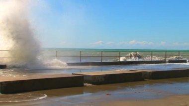 Spring storm on the seaside promenade of the resort city of Sochi — Vídeo de stock