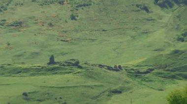 Pueblo medieval alpino Cáucaso gama de la montaña principal en Osetia del Norte-Alania — Vídeo de Stock