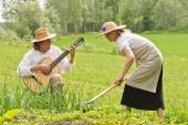 Music and work in the vegetable garden — Stock Photo