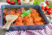 Meatballs with tomato sauce in baking form — Stock Photo