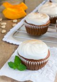 Homemade pumpkin cupcakes decorated with meringue — Stock Photo