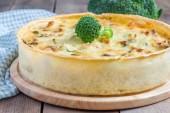 Quiche lorraine with chicken, mushrooms and broccoli — Stock Photo