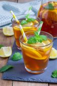 Refreshing homemade lemon iced tea on a black slate tray — Stock Photo