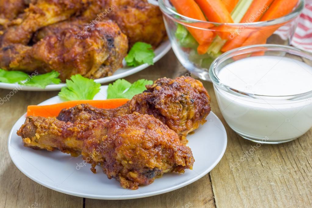 Pollo asado servido con bastones de apio y zanahoria - Salsa para pollos asados ...