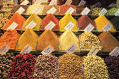Spice Bazaar, Egyptian Bazaar, handmade traditional Turkish dishes, Istanbul, Turkey — Stock Photo