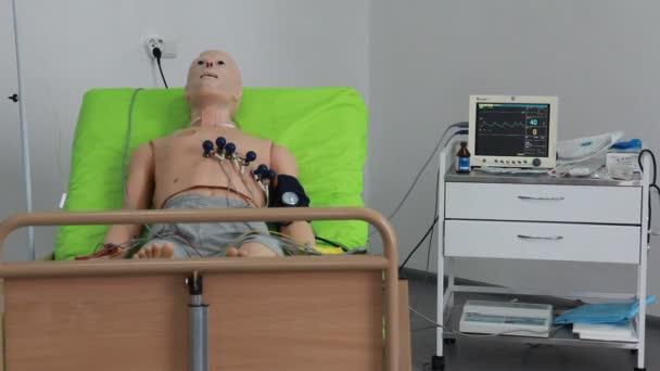 Un instructores médicos virtuales, simuladores, fantasmas, maniquíes y robots — Vídeo de stock