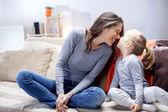 Giovane madre con sua figlia — Foto Stock