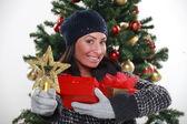 Mujer joven preparando regalos para Navidad, fotos de estudio — Foto de Stock