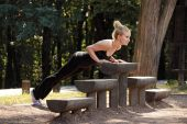 Beautiful girl in the park preparing for fitness training — Stock Photo