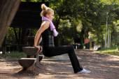 Piękna dziewczyna w parku przygotowania do szkolenia fitness — Zdjęcie stockowe