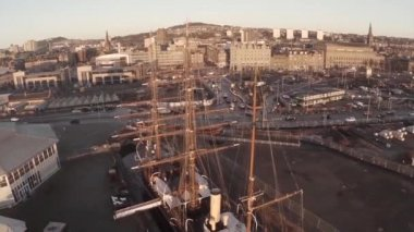 Cinematic aerial shot of the Discovery ship in Dundee in which Captain Scott sailed to the Antarctic — Stock Video