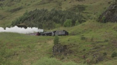 Stunning shot of the Jacobite Steam Train going over the Glenfinnan viaduct — Stock Video