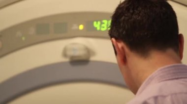 Man being placed inside an MRI scanner in hospital, Glasgow, Scotland, May 2014 — 图库视频影像