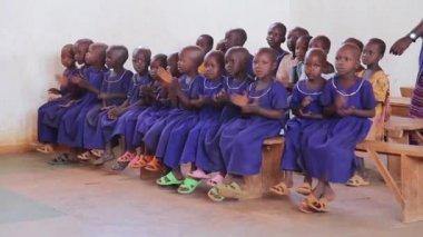 Maasai Mara school children in classroom singing and clapping, Taveta, Kenya, March 2013 — Stock Video
