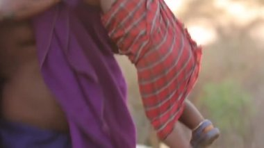 Maasai mother picks up child in traditional clothing, Kenya, March 2013 — Stock Video