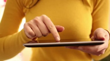 Middle section body video. Woman uses digital tablet at home - 1080i — Stock Video