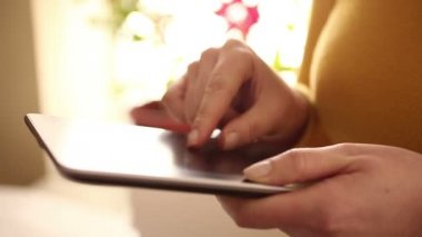 Reading e-book on digital tablet 1080i — Stock Video