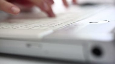 Esecutivo si apre il coperchio, opere su un notebook — Video Stock