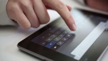 デジタル タブレットの自宅を入力します。 — ストックビデオ