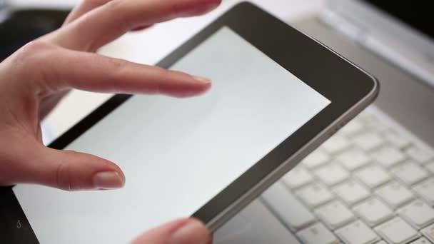 Ejecutivo trabaja en una tableta digital en la oficina — Vídeo de stock