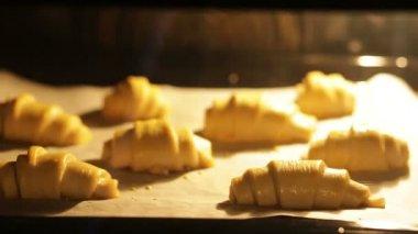 Baking croissants in oven — Stock Video
