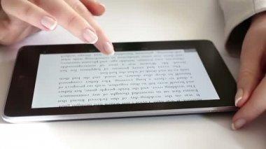 デジタル タブレットで読む — ストックビデオ
