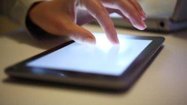 Exécutif travaille sur tablette numérique — Vidéo