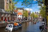Streets of Amsterdam full of people dressed in orange celebrating Kings day — Stock Photo