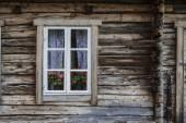 Fönster i gamla trähus — Stockfoto