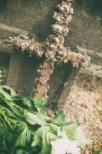 Cruz marcando una tumba de madera — Foto de Stock