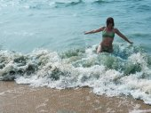 Pretty laughing girl in foaming waves of blue sea — Foto de Stock