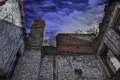 Ruinas del viejo edificio cubierto por vegetación — Foto de Stock