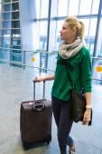 Ein junges Mädchen am Flughafen geht fliegen — Stockfoto
