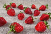 Juicy strawberries on linen fabric closeup — Stock Photo