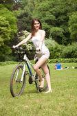 Dívka s kole — Stock fotografie