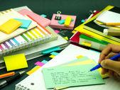 Leren nieuwe taal schrijven woorden vele malen op de Notebook; — Stockfoto