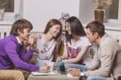 Amigos en casa y se comunican a través del proceso de beber el té — Foto de Stock