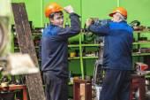 Männer arbeiten an der alten Fabrik für die Einrichtung von Anlagen — Stockfoto