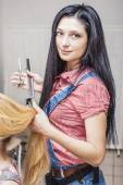 Beautiful woman hairdresser at the beauty salon with scissors an — Stock Photo