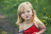 自然の中の赤ちゃん女の子娘の幸せ喜び — ストック写真