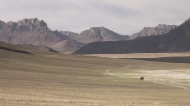Jeep traverses an arid valley — Stock Video