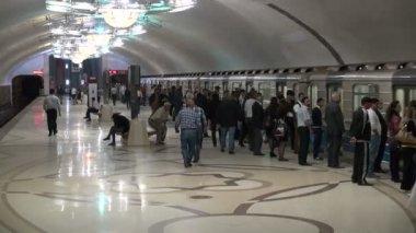 Passengers board a subway in Baku — Stock Video