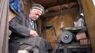 Zapatero reparando un zapato — Vídeo de Stock