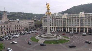 交通驱动着整个自由广场 — 图库视频影像