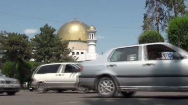 Cars drive past the Central Mosque — Stock Video