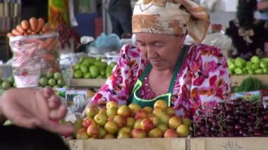 A veiled lady sells fresh fruits — Stock Video