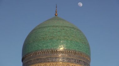 Moon rises behind the dome of a mosque — Stock Video